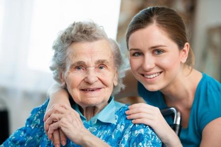 Pflegerin mit glücklicher Patientin