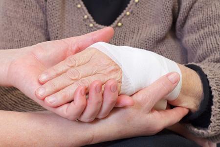 Unter die Hände greifen bei Pflegedienst Weber